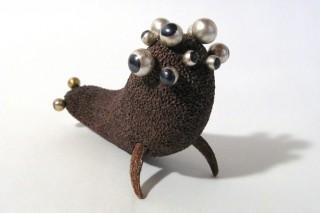 「目目」黒檀と金属を組み合わせて作った生き物