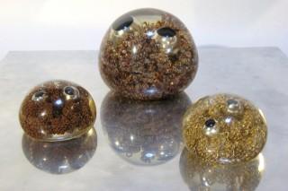 「Pudding Purine」透明な樹脂に金属を埋没した作品
