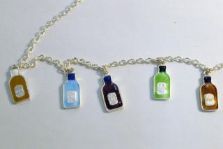 ジュエリー「酒瓶」 取手校地で作った七宝のネックレス