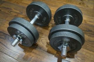 ダンベルで上腕二頭筋を鍛えるためには片方ずつやったほうが効果的