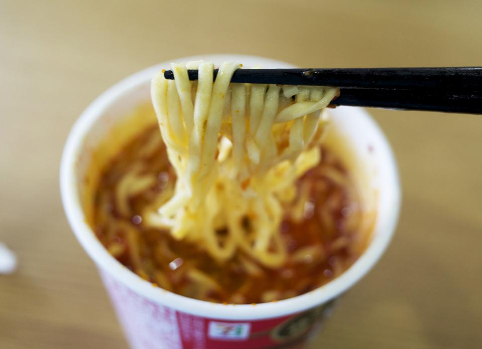 蒙古タンメン中本 北極ラーメン カップ麺 箸上げ