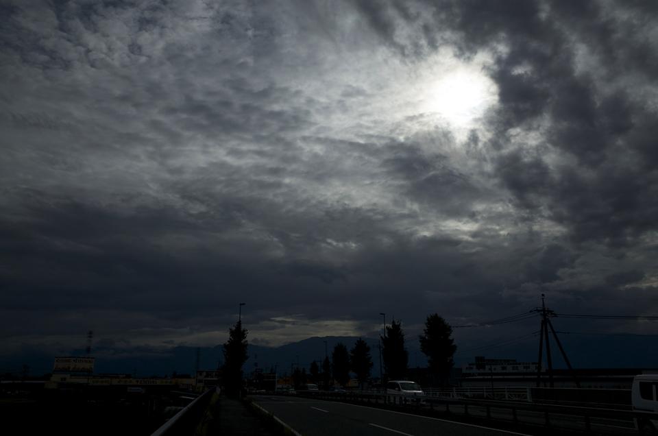 曇り空と太陽