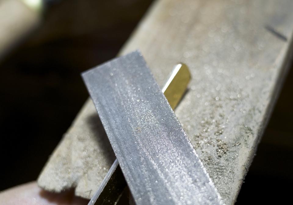 真鍮製クリップ ヤスリがけ