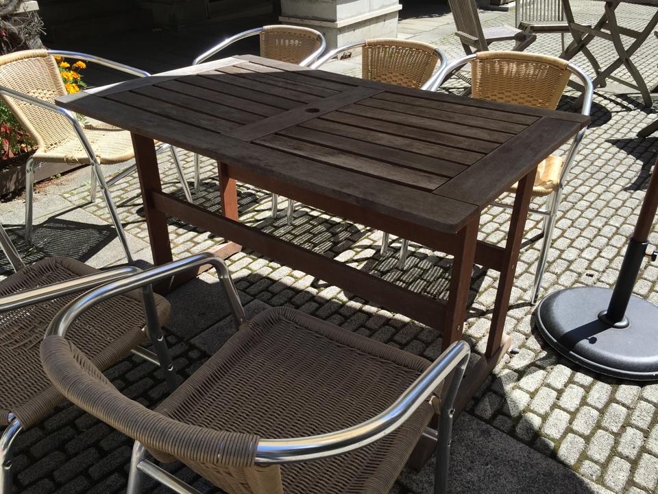 外に置いてあった椅子とテーブル