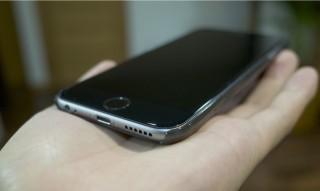 iPhone6用のケースを適当なものを選んで買って、液晶保護フィルムは貼らない予定
