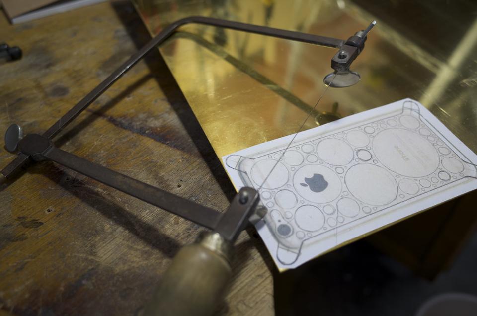 真鍮製iPhone6ケース 糸ノコで切り抜く