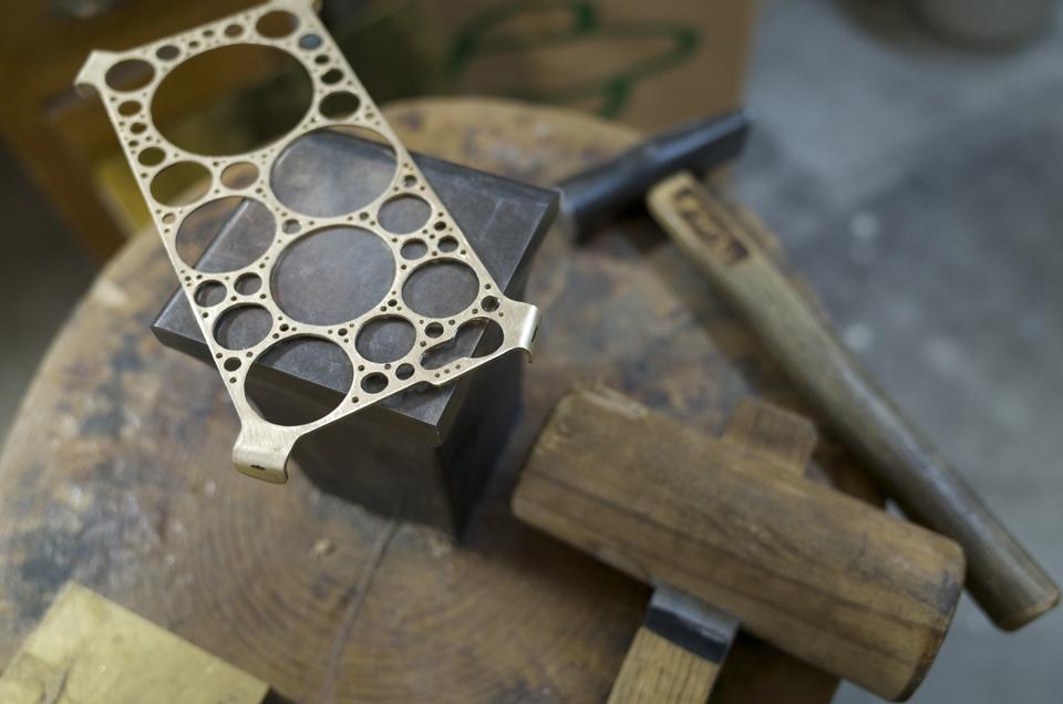 真鍮製iPhone6ケース 金鎚で曲げる