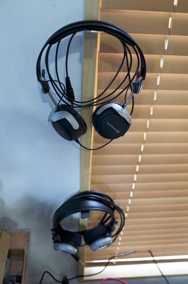 真鍮製ヘッドホンハンガーとSR-325isとDT1350