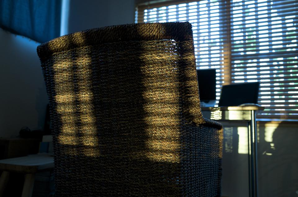 椅子と光と影