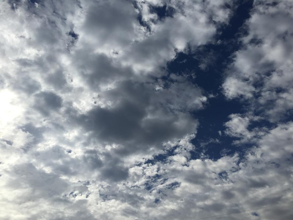 雲の隙間からのぞく青空