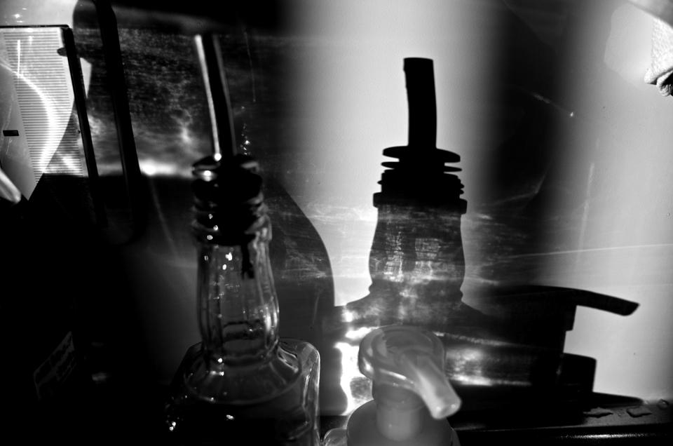 ガラス瓶の影