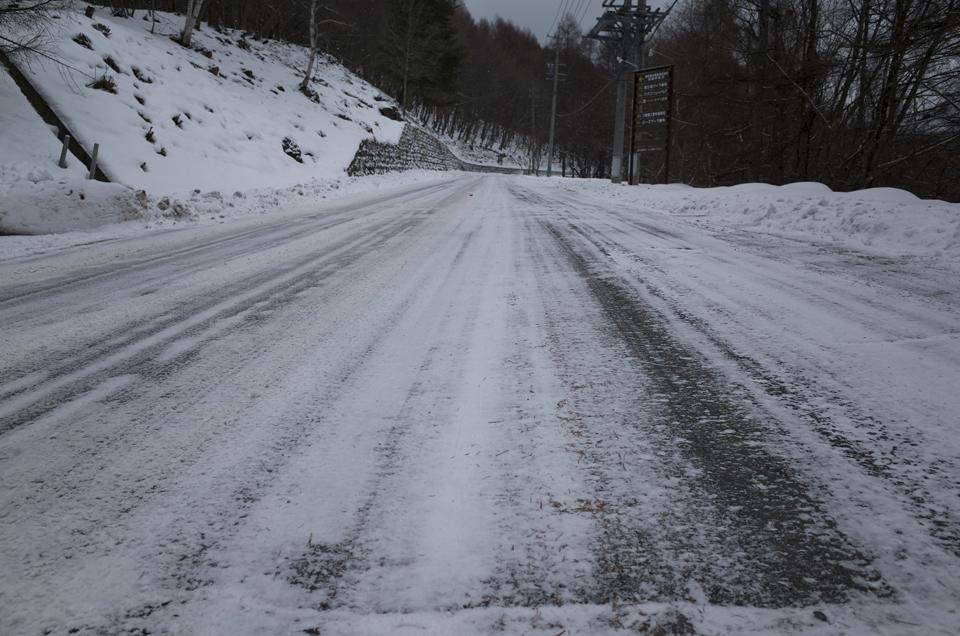 凍った山道