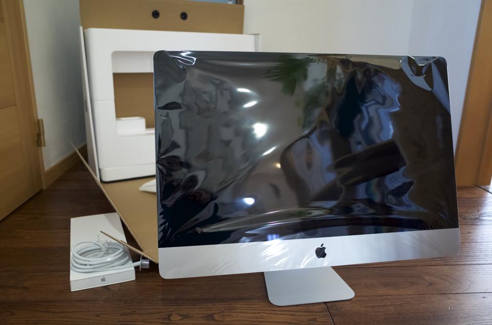 iMac 5K を箱から取り出す