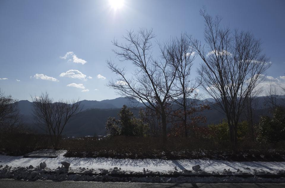 雪が道端にある風景