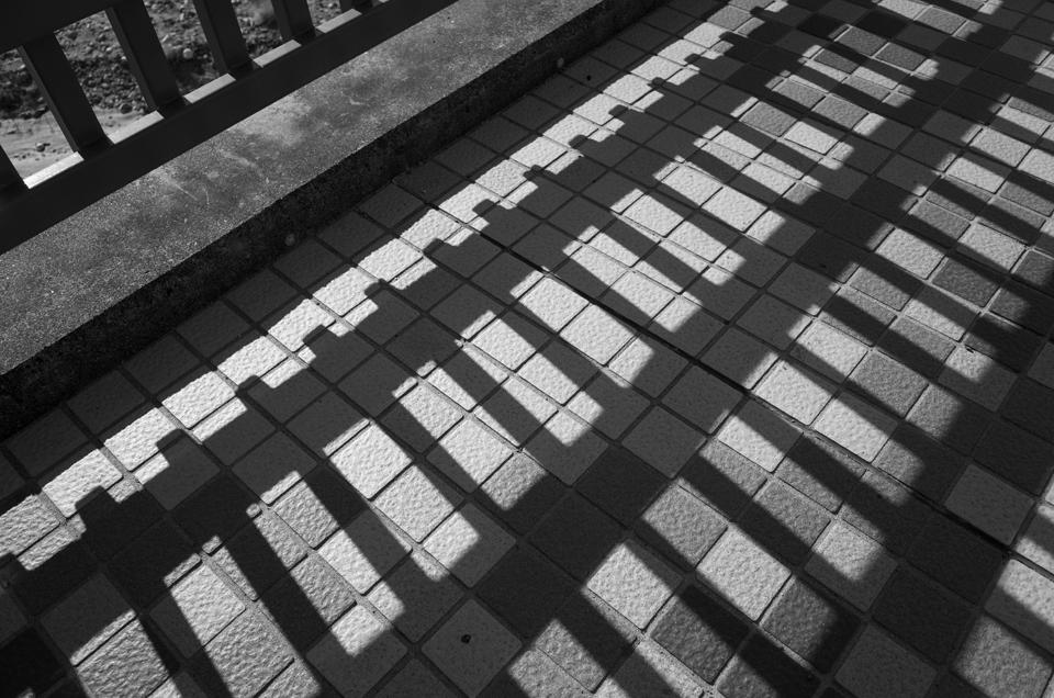 橋の手すりの影