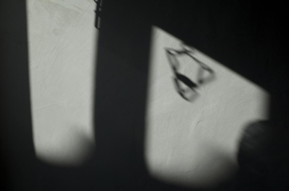 壁面に落ちた影