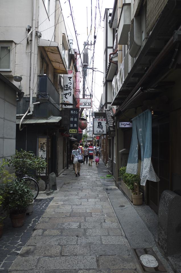 大阪の建物の隙間の道