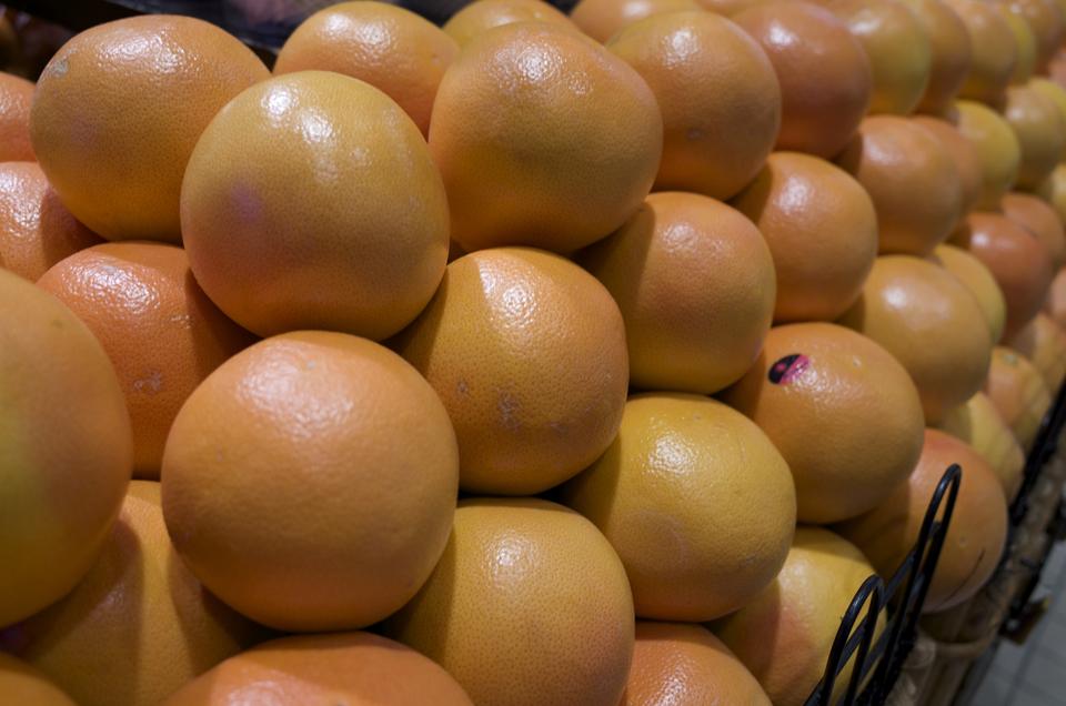 ずらっと並んだグレープフルーツ