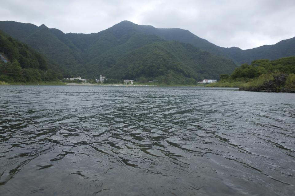 湖のほとりから見た風景