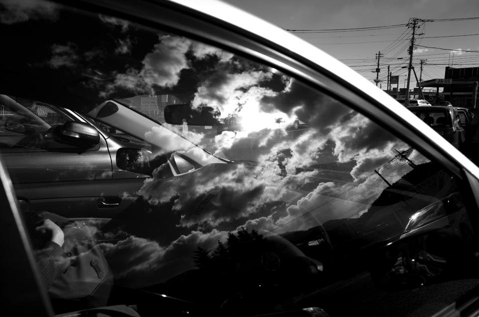 車に反射した空