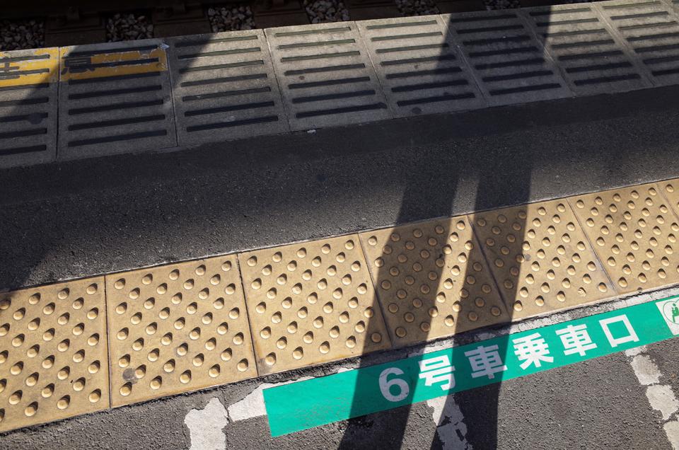 駅のホームの地面