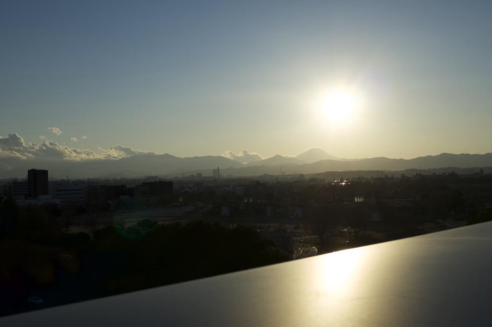 遠くに富士山のみえる夕暮れの風景