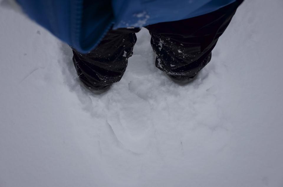 足が雪に埋まった