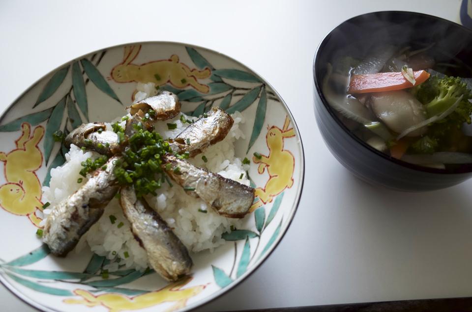 オイルサーディン丼とスープ