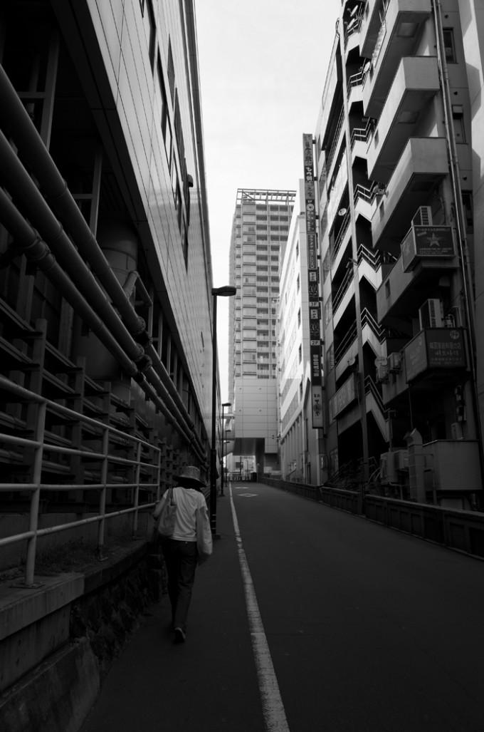 白黒写真の坂道