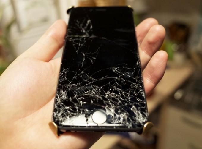 液晶画面が割れたiPhone6
