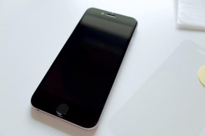 ガラスフィルムを貼り終わったiPhone6
