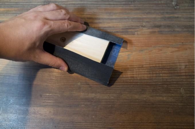 紙やすりをかける