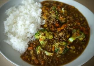 野菜たっぷりゴーヤカレーを食べて栄養補給