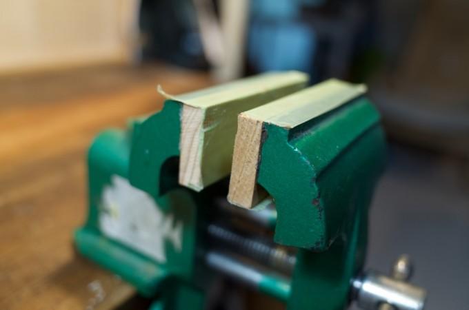 工作物が傷つかないように木の板を貼り付けてある