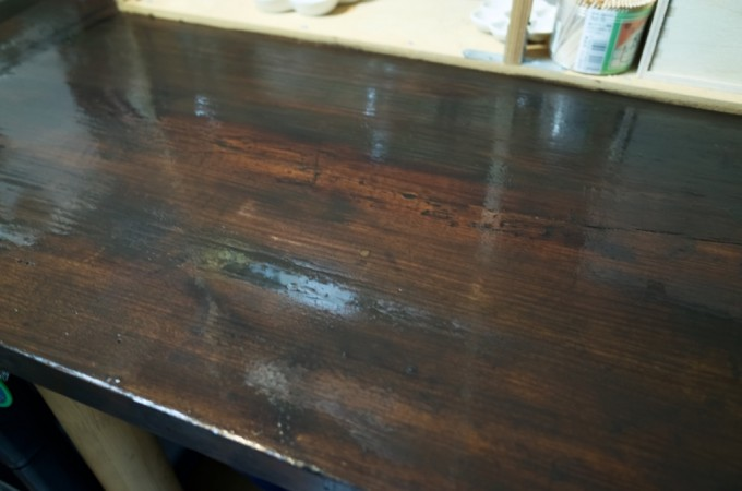 机の天板に水性ステインを塗る