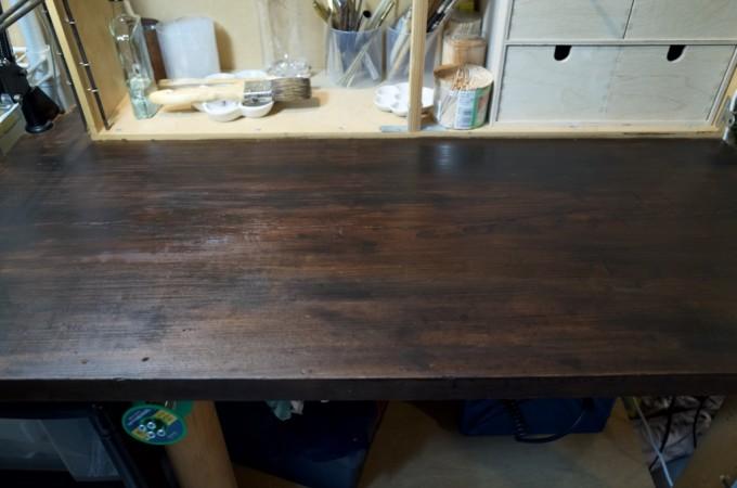 水性のステインを塗った木製の机の天板