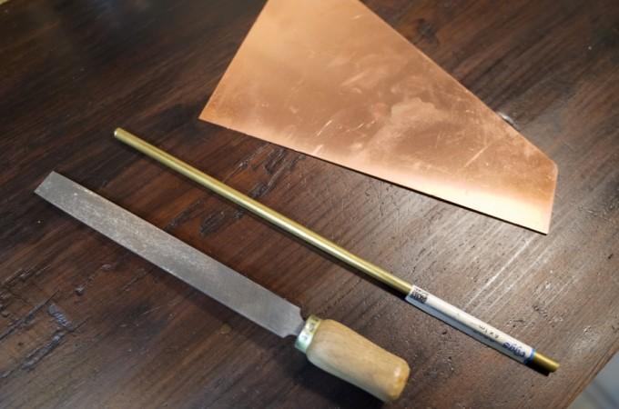 ヤスリと真鍮の棒と銅板