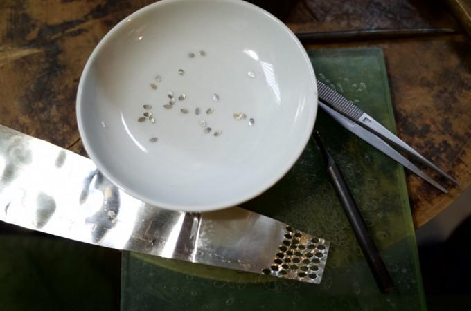 布目象嵌用の紋金を絵皿に無くさないように絵皿に