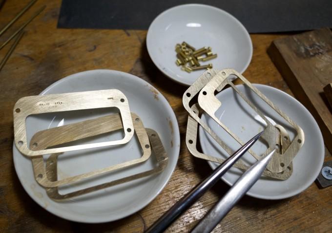 真鍮製のパーツを絵皿に
