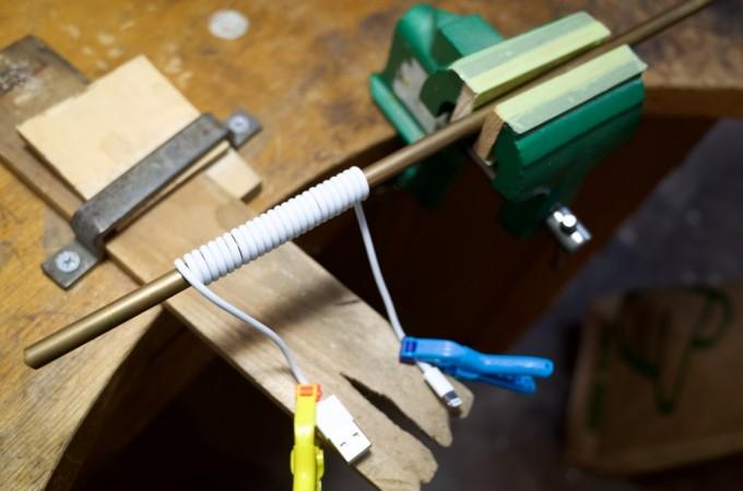 ライトニングケーブルを卓上万力で固定する